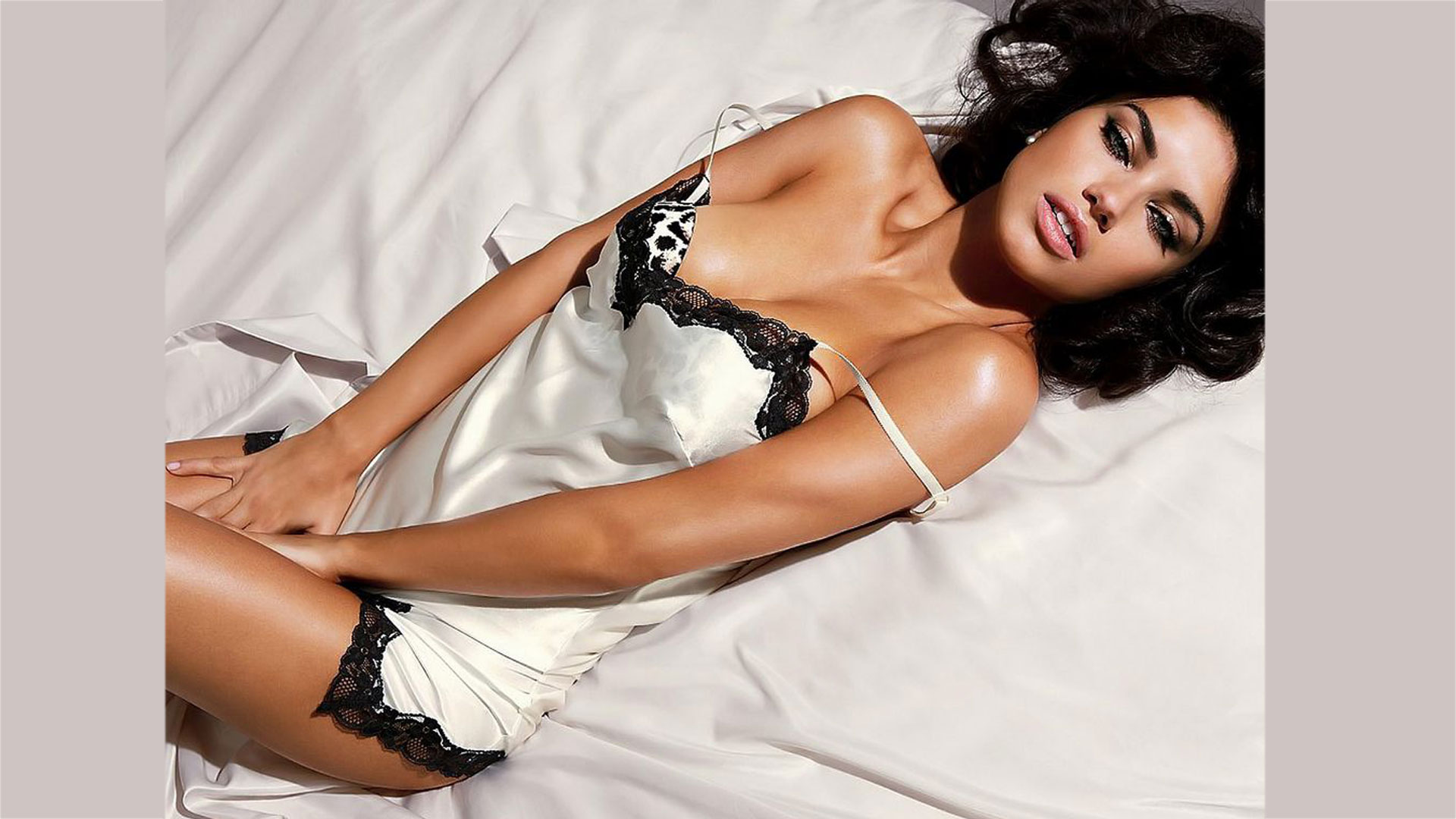 | Adriana Lima hot Wallpapers |  | Wallpaper 1of 7