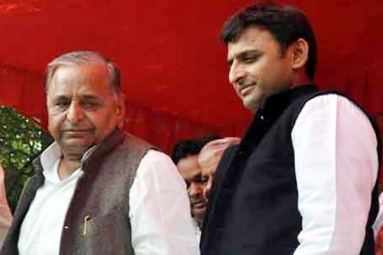 UP CM Akhilesh Yadav expelled from party by father Mulayam Singh!